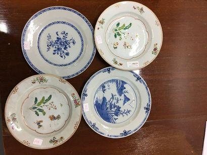 Quatre assiettes en porcelaine Vendu en...