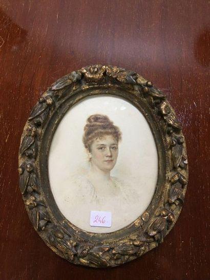 Une miniature ovale portait de femme