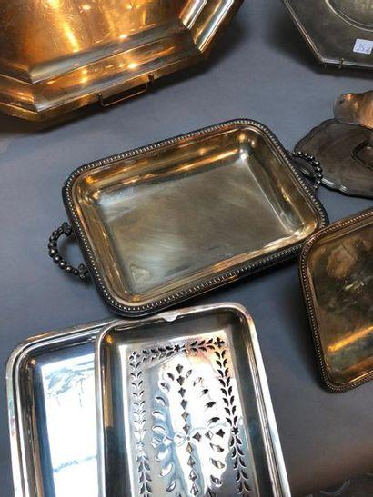 Lot métal argenté: plateau à pans coupé, plat rond à pan coupé, un chauffe plat,...