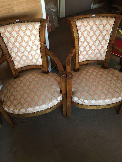 Paire de fauteuils en bois fruitier, dossier...