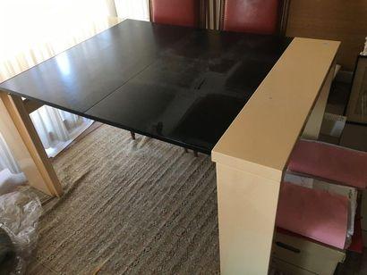 Table en laque blanche  Vers 1980  H :...
