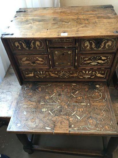 Petit cabinet en bois naturel et os, décor...