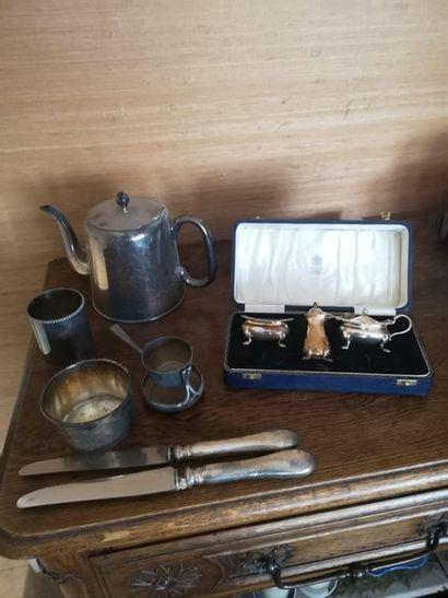 Lot en métal argenté comprenant : théière,...