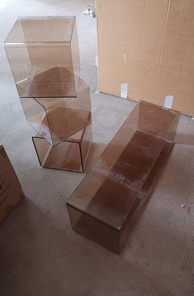 Table en plexiglass fumé et trois casiers Vendu...