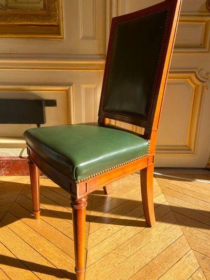 Suite de seize chaises, pieds sabre arrière,...