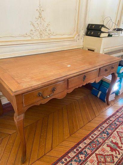Bureau en bois naturel ouvrant à trois tiroirs...
