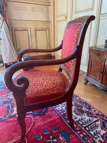 Quatre fauteuils à dossier recourbé, support...