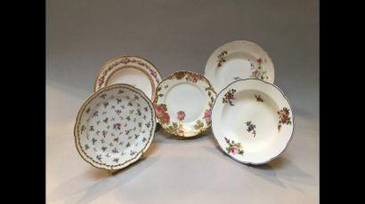 Ensemble de cinq assiettes à décor de fleur...