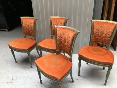 Quatre chaises de style en velour orange...