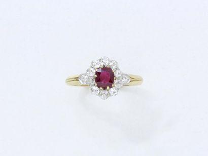Petite bague or 750 et platine 850 millièmes, ornée d'un rubis taille coussin de...
