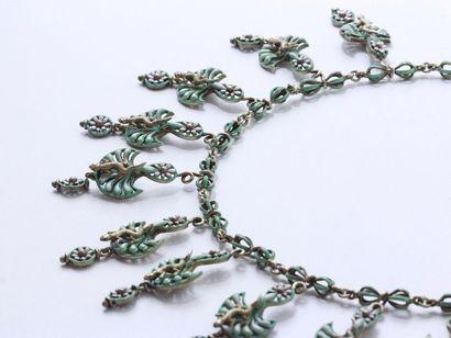Délicat et rare collier articulé en argent 800 millièmes habillé d'émail blanc et...
