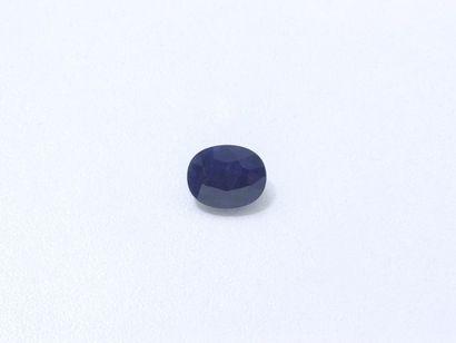 Saphir ovale facetté sur papier pesant 5.13...