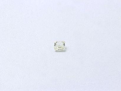 Diamant taille émeraude sur papier. Poids...