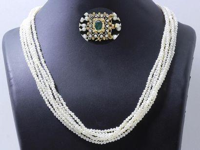 Collier composé de 6 rangs de petites perles...