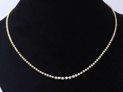 Délicat collier de jeune fille composé d'une...