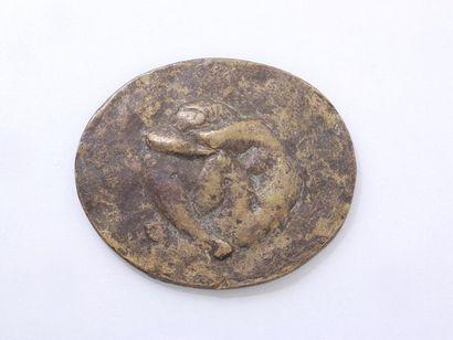 Plaque ovale en bronze à patine dorée à décor...