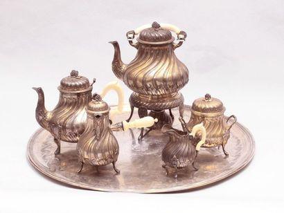 Service à thé et café en vermeil. Le plateau...