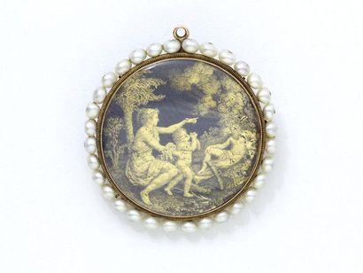 Broche pendentif ronde en or 750 millièmes, retenant une miniature composée d'un...