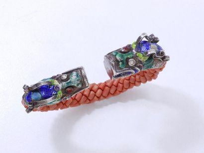 Bracelet jonc ouvert composé d'une tresse de petits tubes de corail, les embouts...
