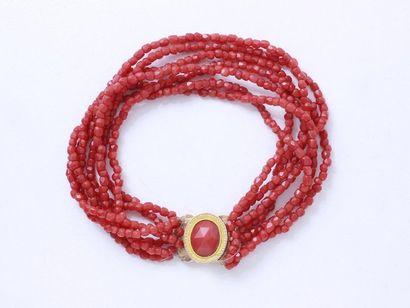Bracelet composé de 7 rangs de petites perles...