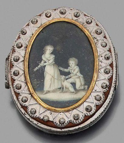 Porte-monnaie ovale en acier décoré de pointes de diamants, orné sur les deux faces...