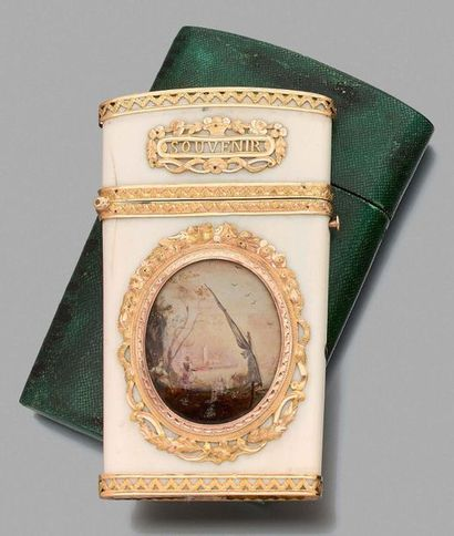 Étui à tablettes plat de forme trapézoïdale en ivoire monté en or 750 millièmes,...