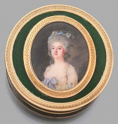 Peter Adolph HALL (1739-1793) Bonbonnière en composition doublée d'écaille montée...