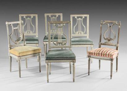 Suite de quatre chaises en hêtre mouluré,...