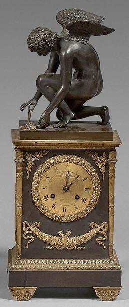Pendule borne en bronze ciselé, doré ou patiné...