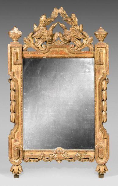 Miroir en résineux sculpté et doré ; à l'amortissement...