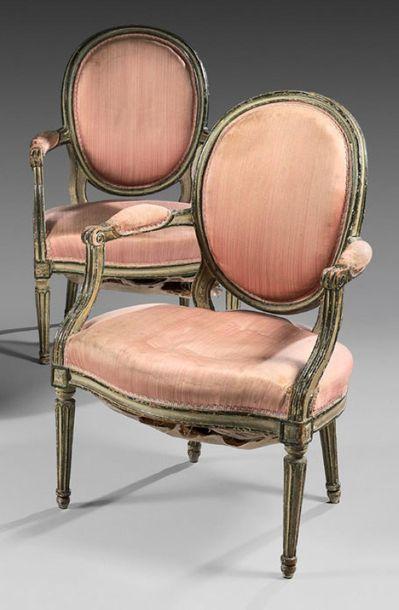 Deux fauteuils à dossier médaillon en cabriolet...