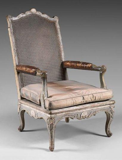 Rare fauteuil bas en hêtre mouluré, sculpté...