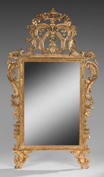Miroir au mercure dans un cadre en bois sculpté...