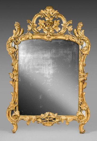Miroir au mercure dans un cadre en bois sculpté,...