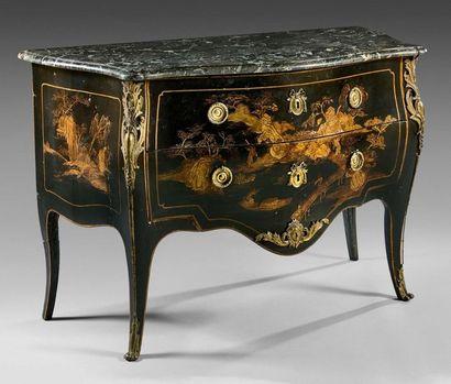 Commode en bois laqué au vernis à décor or...