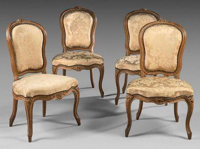 Suite de quatre chaises en hêtre mouluré...