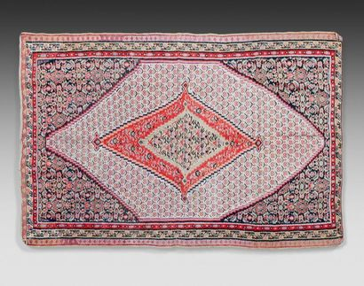 Rare tapis kilim Senneh à médaillon losangique,...