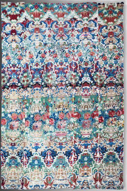 Rare tapisserie au petit point à décor répétitif...