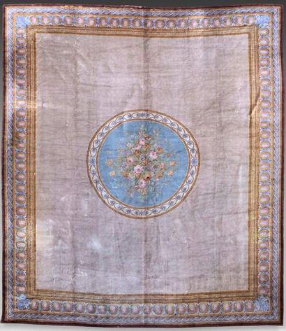 Grand tapis à décor de médaillon orné d'un...