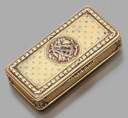 Tabatière rectangulaire en or 750 millièmes de plusieurs tons monté à charnière,...