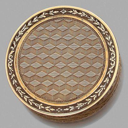 Bonbonnière en or 750 millièmes, le fond...