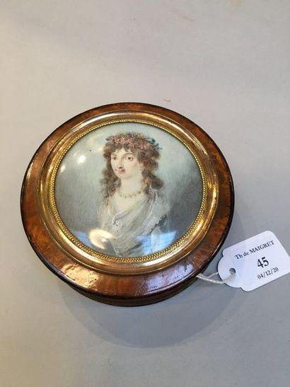 Bonbonnière en loupe doublée d'écaille, le couvercle incrusté d'un portrait miniature...
