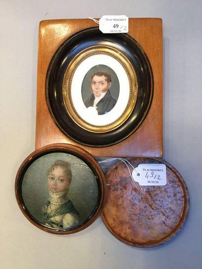 Boîte ronde en loupe s'ouvrant à vis contenant un portrait miniature peint sur fond...