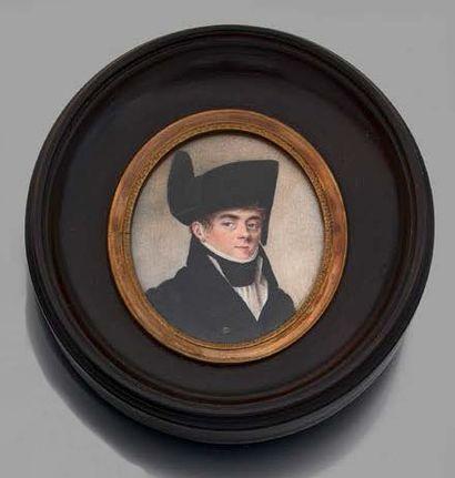 Ecole FRANCAISE vers 1800 Homme au bicorne Portrait miniature ovale peint sur ivoire...