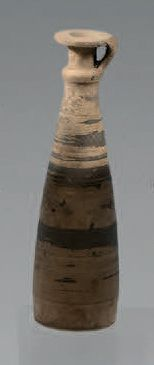 Alabastre à fond plat et panse tronconique...