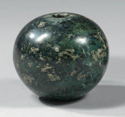 Masse globulaire en pierre verte. Iran du...