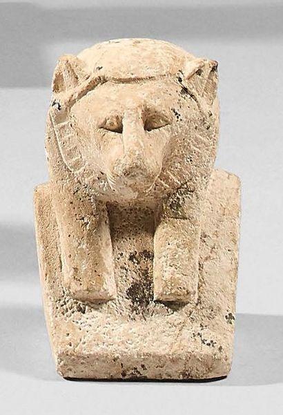 Buste de déesse léontocéphale. Elle est coiffée...