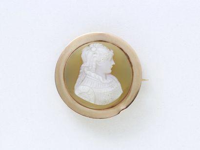 Broche en or 750 millièmes, de forme ronde...