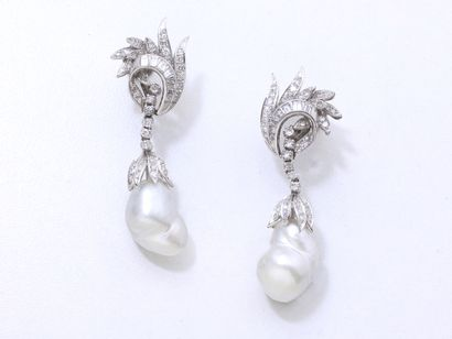 Paire de pendants d'oreilles en or gris...