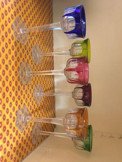 Six verres à vin du Rhin en cristal coloré...